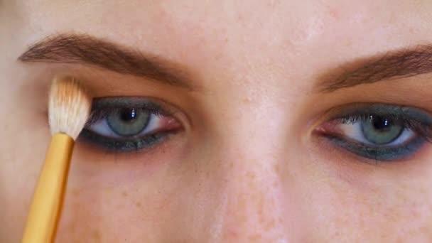 Detailní podobu atraktivní mladou ženu s modrýma očima a zrzavé vlasy dostat profesionální oční make-up