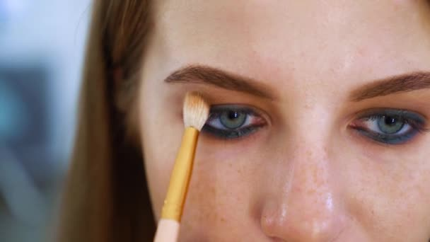 Detailní podobu atraktivní mladou ženu s modrýma očima a zrzavé vlasy dostat profesionální make-up