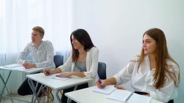 mladí lidé u stolu pracuje na škole přiřazení v učebně