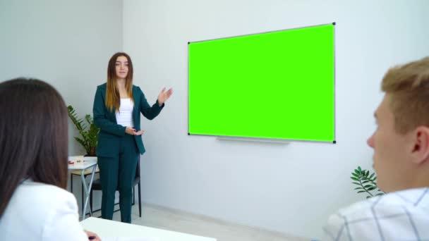 fiatal boldog tanár közelében egy zöld képernyő tábla tanulók osztálytermi tanítás