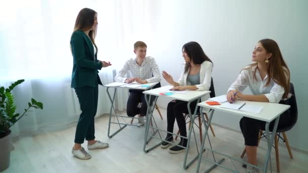 fiatal női tanár, főiskolai hallgatók osztálytermi munka