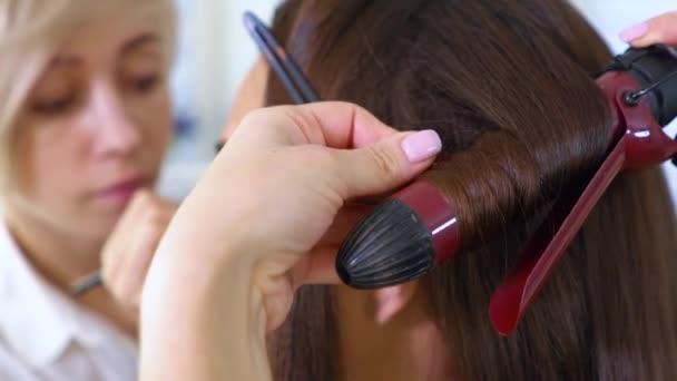 posuňte snímek mladé ženy stále účes a make-up profesionály