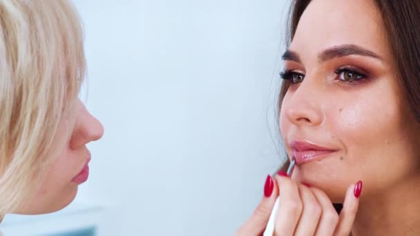 maskérka použití lesky na rty closeup mladá žena