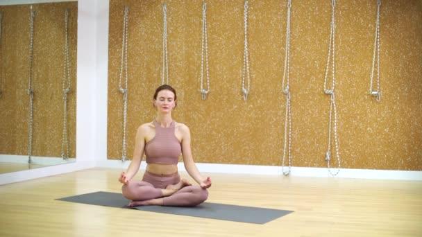 Mladá žena, relaxaci a meditaci v lotosu představují s volného místa a místa kopie