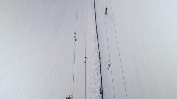 letecký lyžařů na koni do zasněženého svahu s vlekem