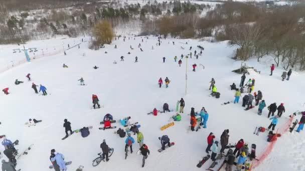 letecký snowboardisty, lyžaře a cyklisty s odpočinek na vrcholu kopce sněhu