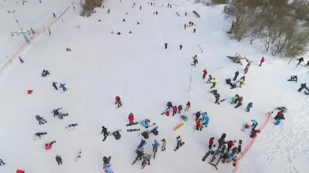 letecký snowboardisty, lyžaře a cyklisty s zbytek na vrcholu svahu