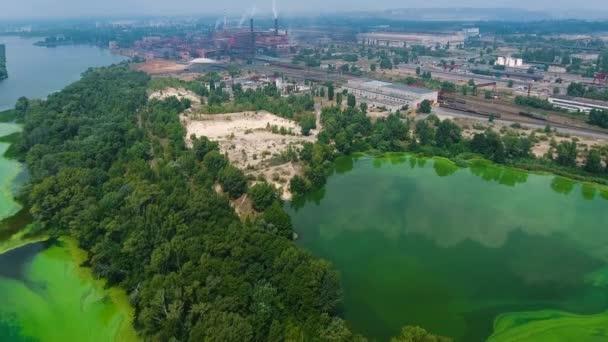 letecký řeky znečištěné zelených řas poblíž velké průmyslová zóna
