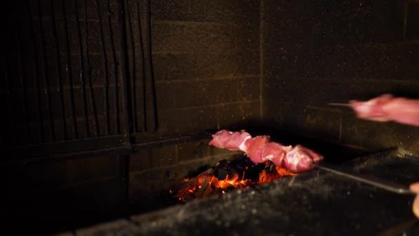 špejle s syrového masa jsou vloženy na otevřeném ohni pec. gril, gril, příprava jídla