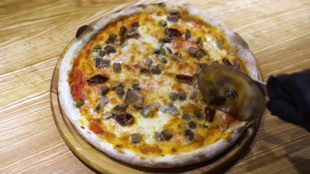 čerstvý pizza Ostrava nakrájíme na plátky s Krájecí kolečko