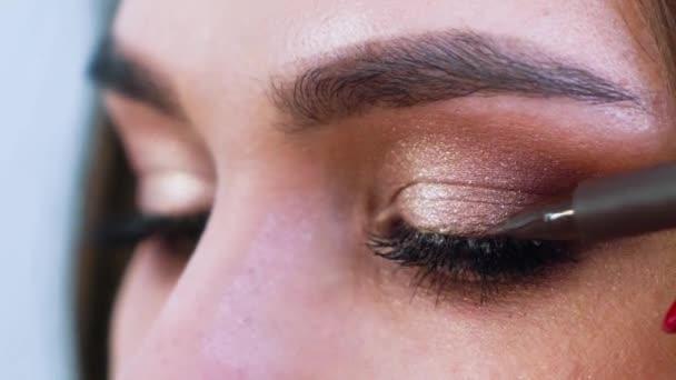kouřové oči make-up pro mladé ženy closeup