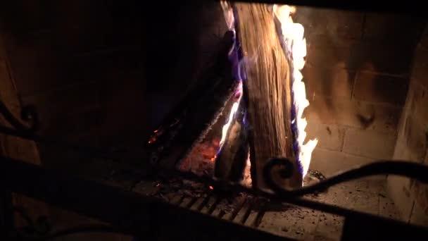 hořící dřevo v krbu ve tmě. teplé, útulné, relax