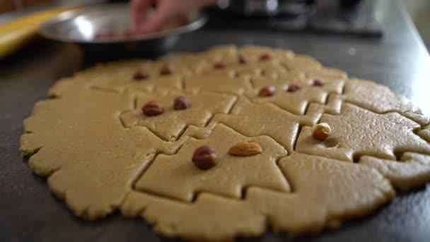 žena přidání matice do raw soubory cookie broušená ve formě vánočního stromu closeup