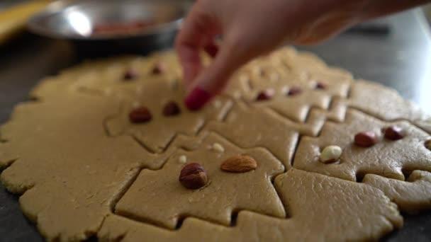 žena ruku zdobí řez ve formě vánočního stromu s detailním ořechy raw soubory cookie