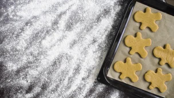 pohled shora slova Vánoce na mouku zahrnuty tabulka s cookies muže perník na plech