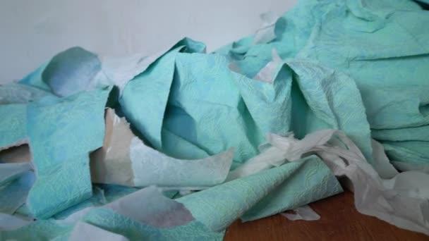 hromada odpadků odstraněny staré tapety na podlahu. zeď, příprava k opravě v renovaci bytu