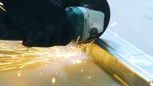 Cinemagraph closeup jisker z kruhové broušení řezání kovového profilu stroje v dílně