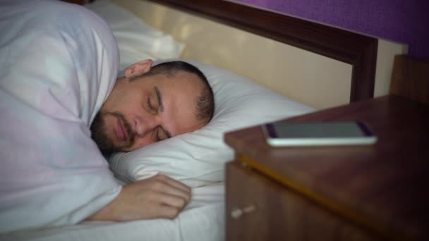 fiatal férfi alszik az ágyban