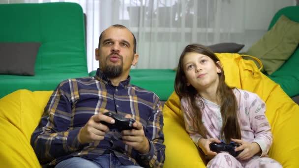 apa és lánya Gamepad otthon játszó