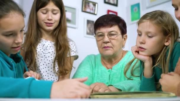 Babička zobrazeno staré fotoalbum k její vnučky