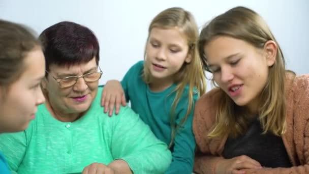 Babička zobrazeno staré fotoalbum k její čtyři vnučky
