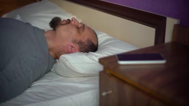 muž v posteli trpící nespavost a poruchy spánku