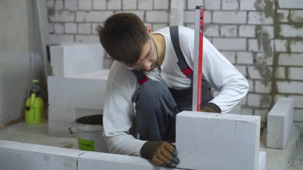 építőmunkás egyenletességét, a szénsav hozzáadásával készült beton fal vízmérték ellenőrzése