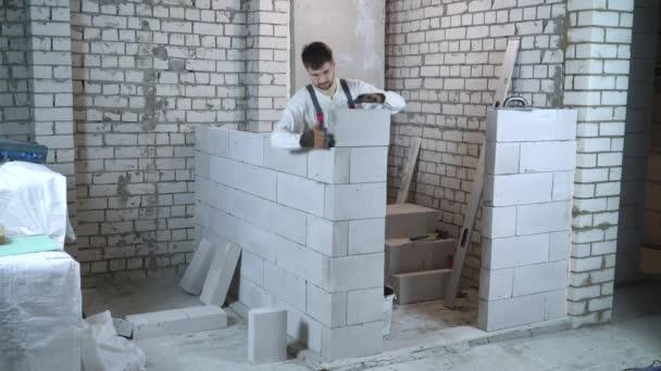 Bauarbeiter baut Innenwand