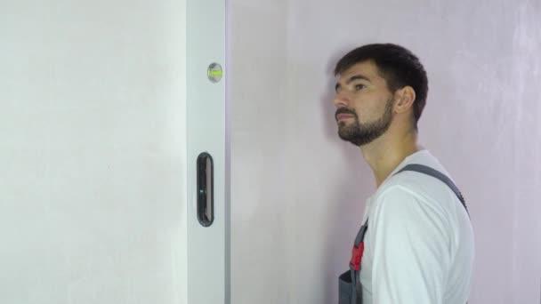 Builder egy frissen épített fal szabad lemezterülettel rendelkező minőséggel rendelkező elégedett