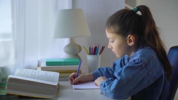školy dívka psaní matematiky příklady na papíře. dítě dělá školní práce doma. vzdělávání, učení a děti