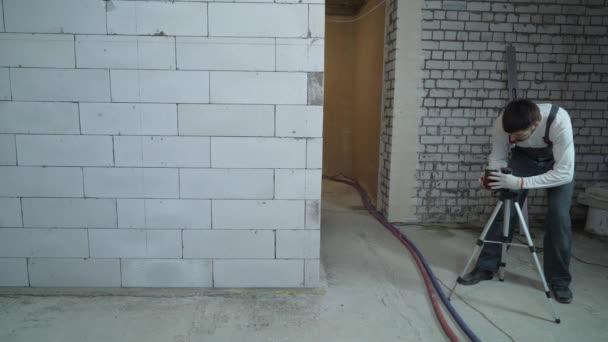 építőipari munkás beállítás vízmérték az jelölési falakat építkezésen