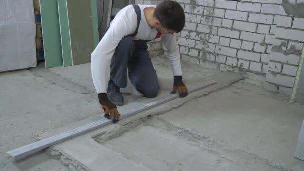 Baumeister, zeichnen mit Bleistift und Bau Herrscher auf Betonsockel