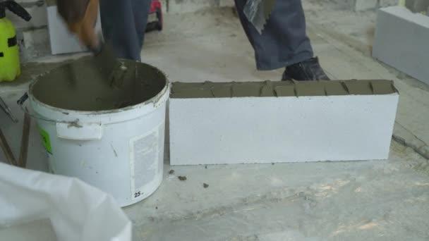 Tvůrce uvedení Malty na březích oxidem uhličitým betonového bloku s špachtlí