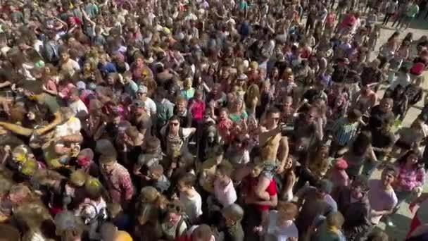 Charkov, Ukrajina - 30 duben 2017: letecký snímek barevné davu na Holi festival