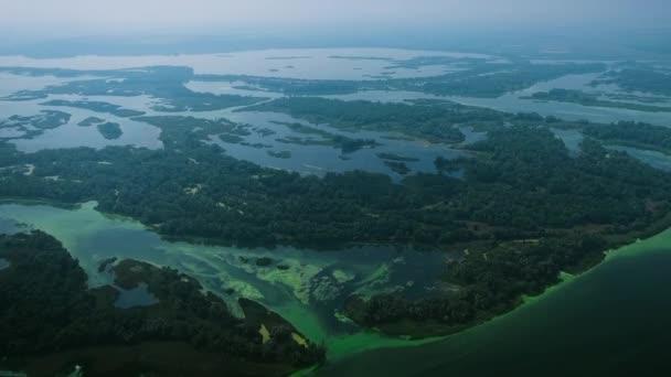 letecký snímek řeky s malými ostrovy kontaminovány sinic