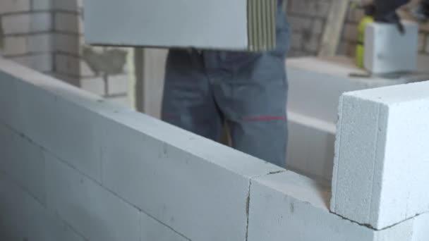 Detailní stavební dělník stavební interiérové stěny