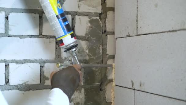 Nahaufnahme des Generators mittels Montage-Schaum auf Baustelle