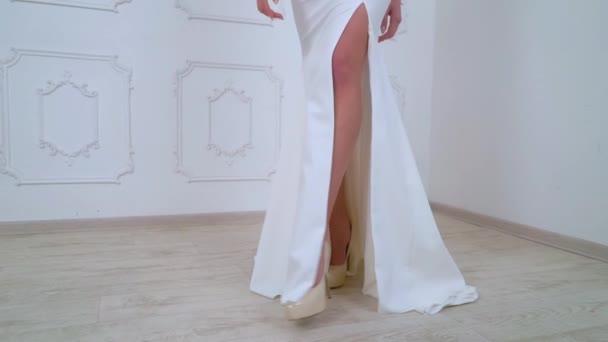 Nahaufnahme weiblicher Beine in High Heels, die in Zeitlupe auf die Kamera zugehen