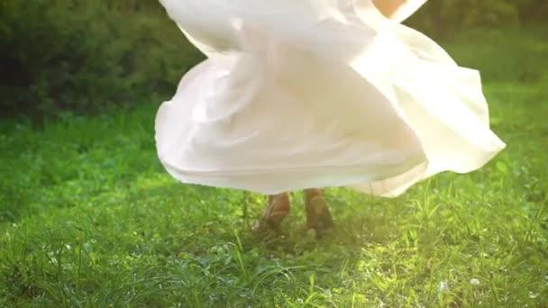 pohled na nohy žena otočila venku ve sluneční paprsky v pomalém pohybu