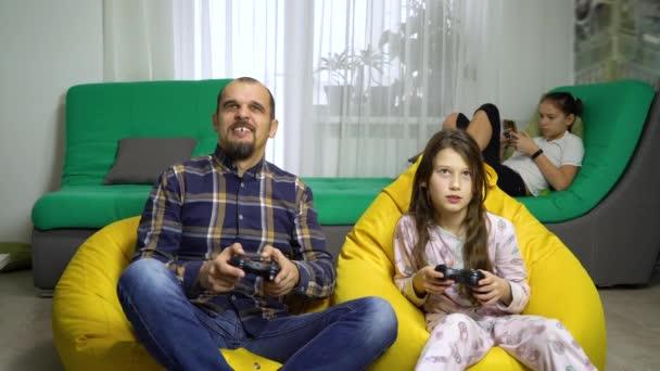 otce a dcery spolu trávili čas doma