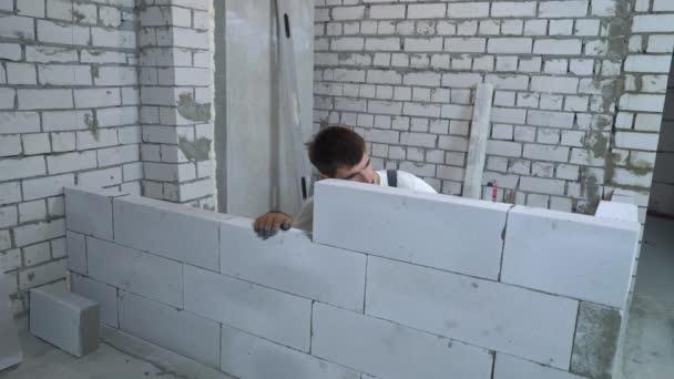 fiatal kaukázusi builder egyenletességét újonnan épült fal vízmérték ellenőrzése
