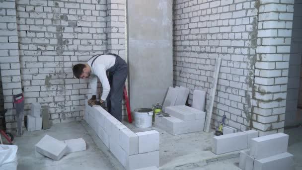 férfi builder szénsavas betontömb megállapításáról és ellenőrzése a vízmérték