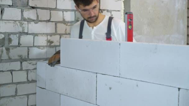 építkezésen dolgozó férfi builder