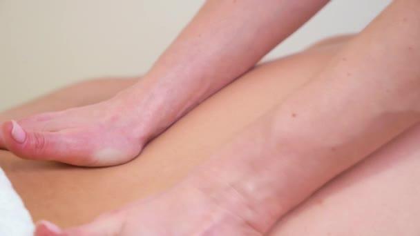 Vértes női kéz csinál pihentető masszázs a férfi vissza a spa szalon