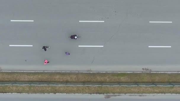 Letecká shora dolů shot skupiny běžci a cyklisté na city maraton