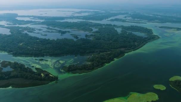 anténa velké řeky s malými ostrovy znečištěné modrými zelenými řasy