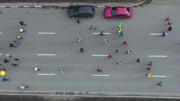 Letecká anténa lidí běžící na sportovním závodu Marathónu na městské silnici