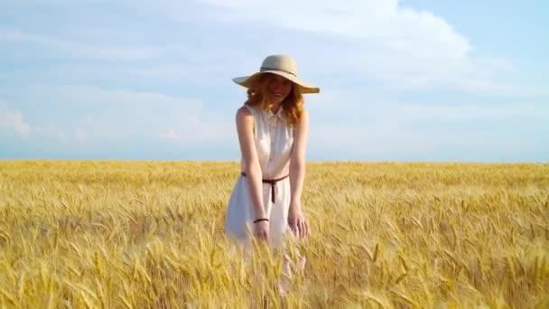 po zastřelení rudovlasé ženy s úsměvem na pšeničném poli a pokyvováním prstem