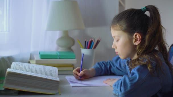 smutná školní holka žvýkala pero a přitom komplikovala domácí úkoly