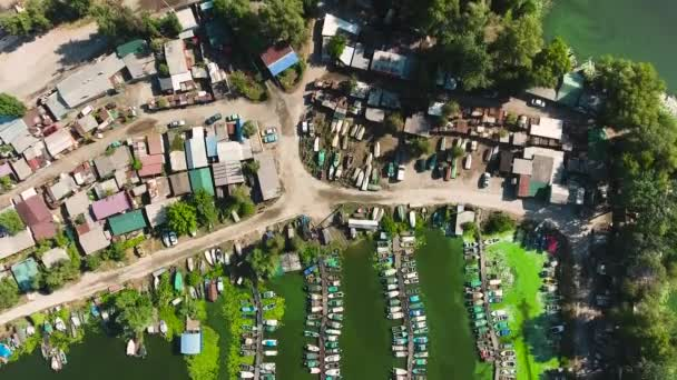 vzdušný vrchol rybářské vesnice se znečištěním ze zelených řas v přístavní vodě